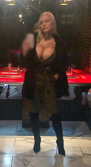 Diama escorts in Biloxi